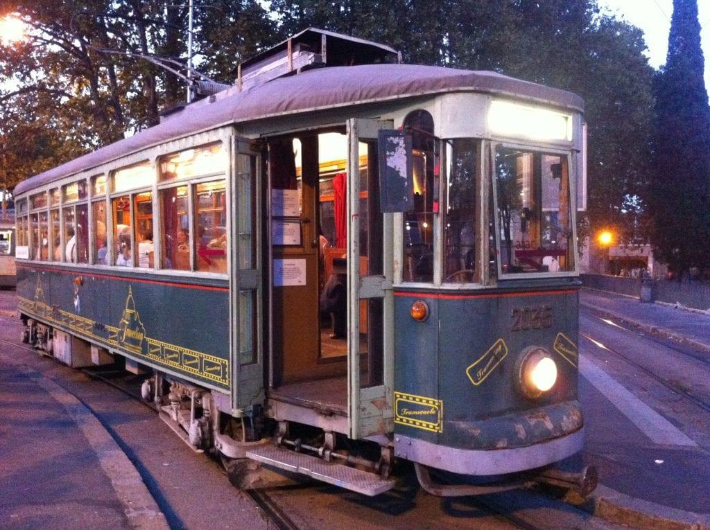 Aperitivo archeologico sul tram anni '20di Roma