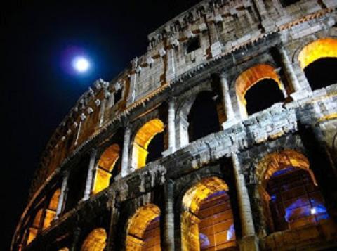I Fori Imperiali illuminati: passeggiando con gli Imperatori sotto un cielo stellato - Visita guidata al chiaro di luna dal Campidoglio al Colosseo, Roma