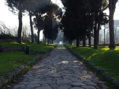Mausoleo delle Fosse Ardeatine e la Via Appia Antica a Piedi